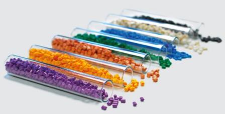 Fibras y lubricantes sólidos para plásticos técnicos