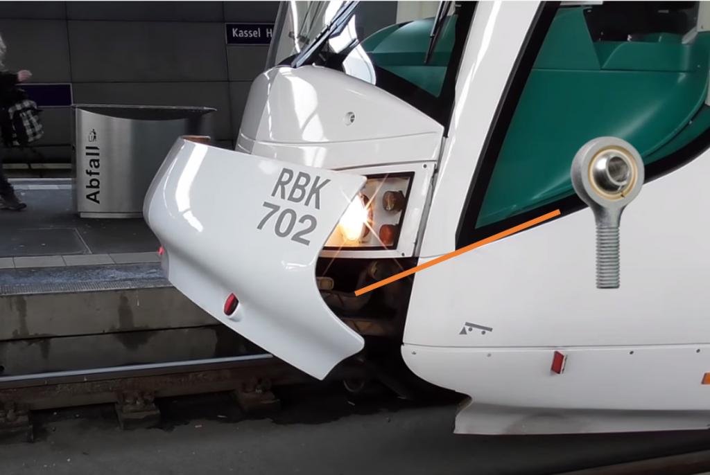 Cabeza articulada igubal en trampilla frontal de trenes