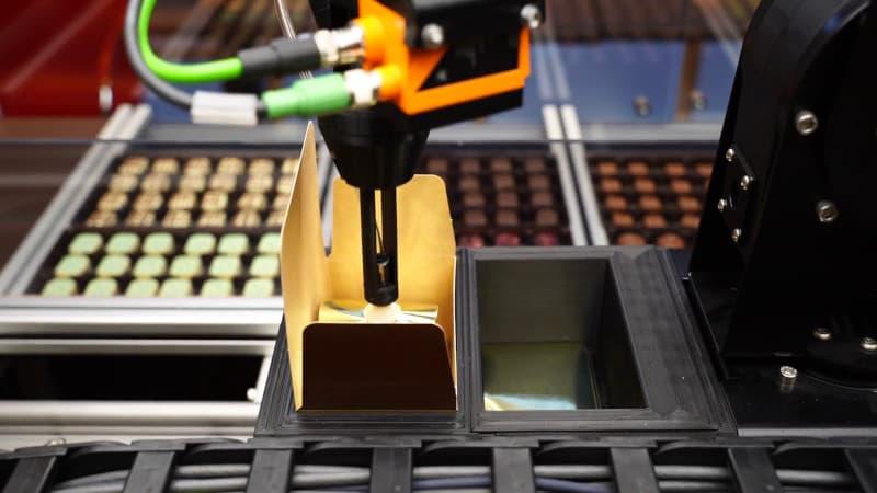 Brazo robótico seleccionando bombones